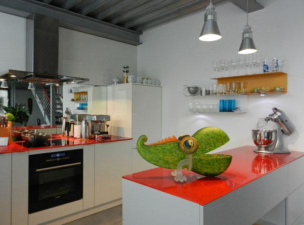 Eine kleine und aufgeräumte Küche - auf das Wesentliche reduziert