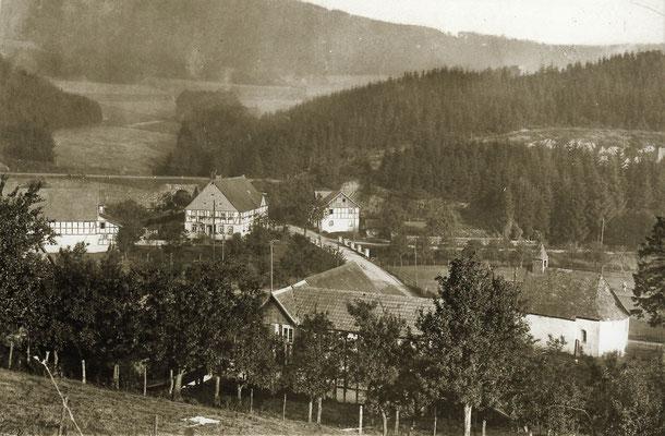 Blick auf die Pension Sternberg, rechts der 1905 erweiterte Stall, vorne die Mahl- u. Sägemühle neben der 1953 abgerissenen Dorfkapelle St. Antonius  (Foto: um 1930)