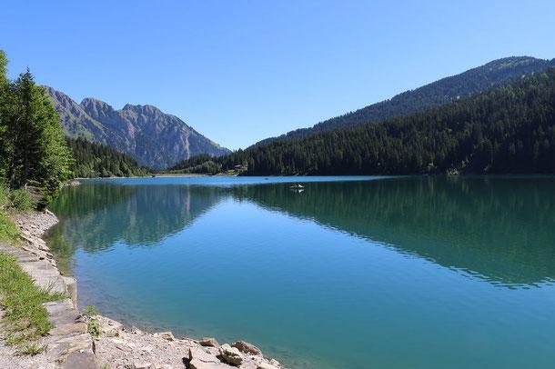 Arnensee mit Spiegelung der Berge im Wasser