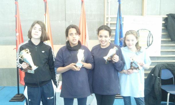 Carmela, campeona a la izquierda, Caridad a su lado, a continuación Marta y a la derecha Adriana.