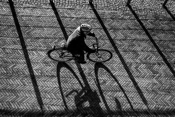 Fahrradfahrer wirft schatten an der Bremer Schlacht, Fotograf Jürgen Deinert