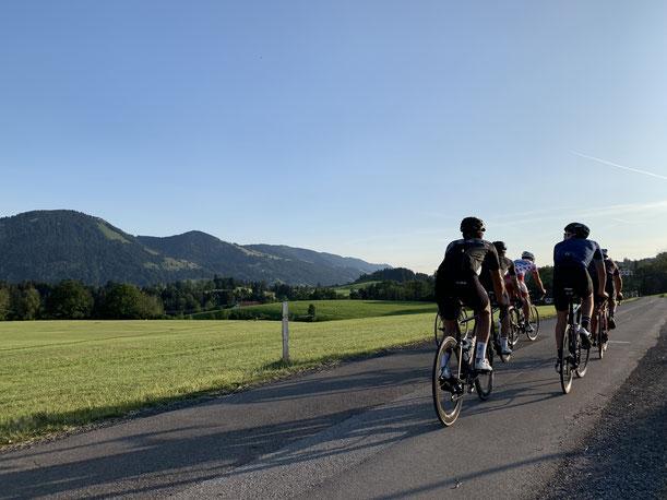 Einsteiger lernen die Basics zum Rennrad fahren in unserem Camp