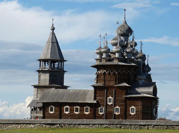 Alte Holzkirche in Blockbauweise  - Holzbau -  Freilichtmuseum auf Kishi in Karelien, Russland - UNESCO Weltkulturerbe