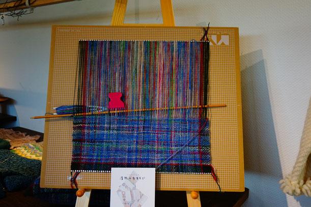 また段ボールをつかった織物の作品も展示されています。