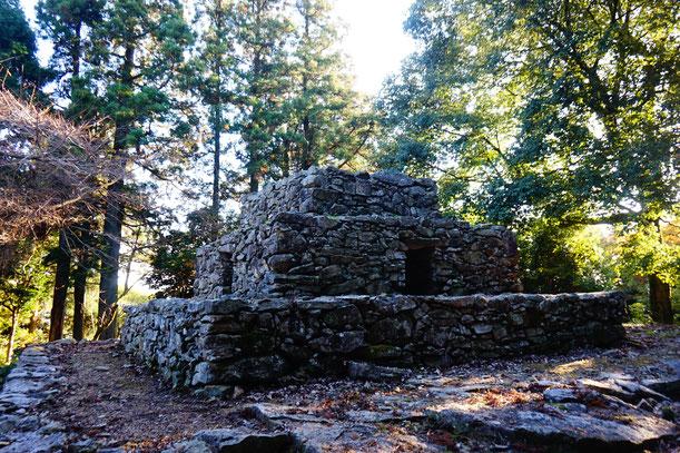 なんだかマヤ文明っぽい遺跡ですが、奈良時代の仏塔と考えられています。