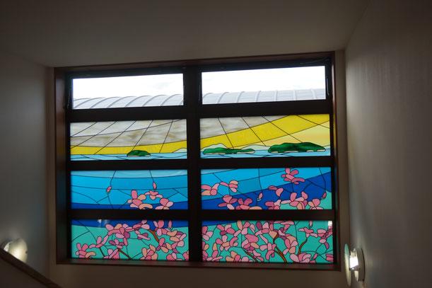 ステンドグラスがきれいです。窓から母の畑や実家、治療院もみえてうれしい!