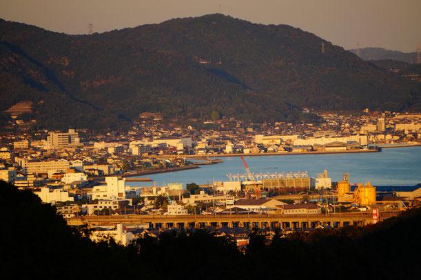 夕日色の児島の町。