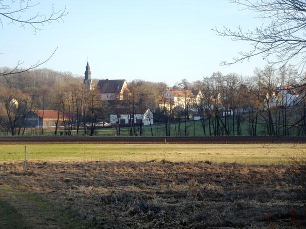Blick von Norden über über das Tal des Roten Mains (bei Laineck) auf St Johannis