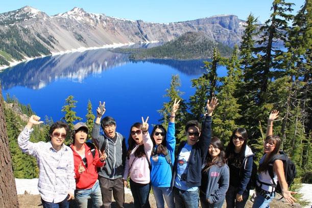 Studenten in Oregon mit Blick auf einen See und Berge