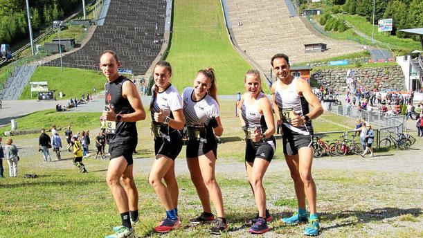 Dominik Weise, die Schwestern Johlanda, Maria und Franziska Espeter und Timo Böhl hängen die Konkurrenz an der Mühlenkopfschanze ab.