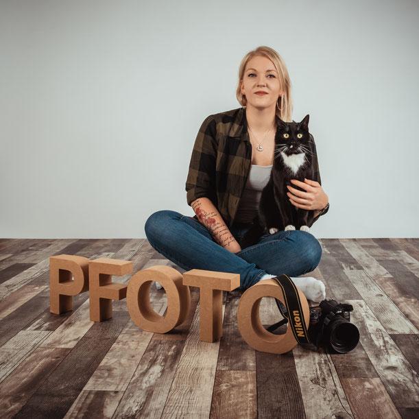 Frau mit Katze, Meike Schmitz, Kater Adi, Schwarz Weise Katze, Fotostudio, PFOTO, Tierfotografie, Niederkassel