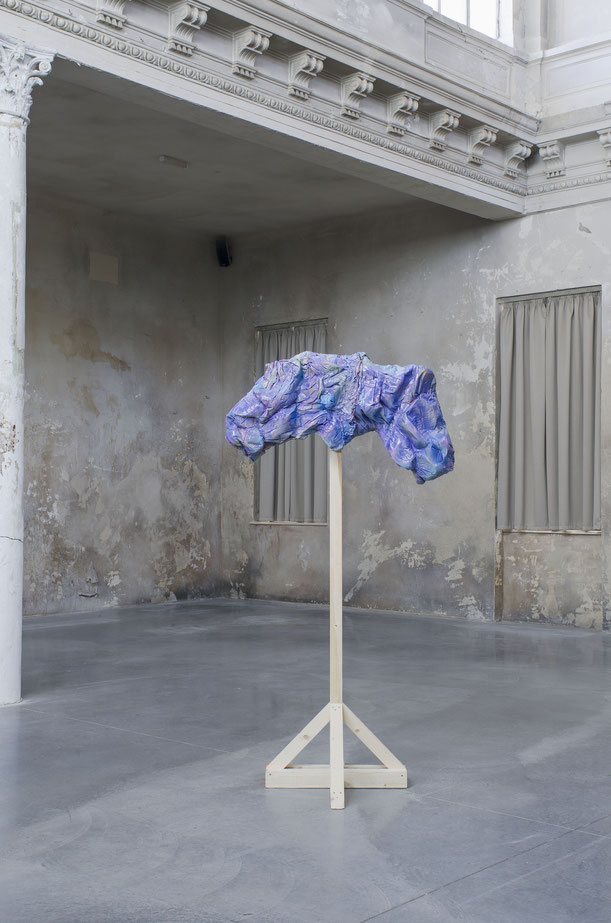 Formaunica #30318, 2018, stained and painted plaster, 1000x60x30 cm; installation view at Reaktor, Vienna