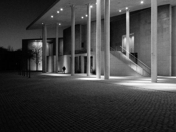 Kunstmuseum, Bonn, Nacht, beleuchtet, Person, rennt, running person, artmuseum bonn, iluminated, night, Schwarzweissfotografie, kreative Fotografie, Fototipps