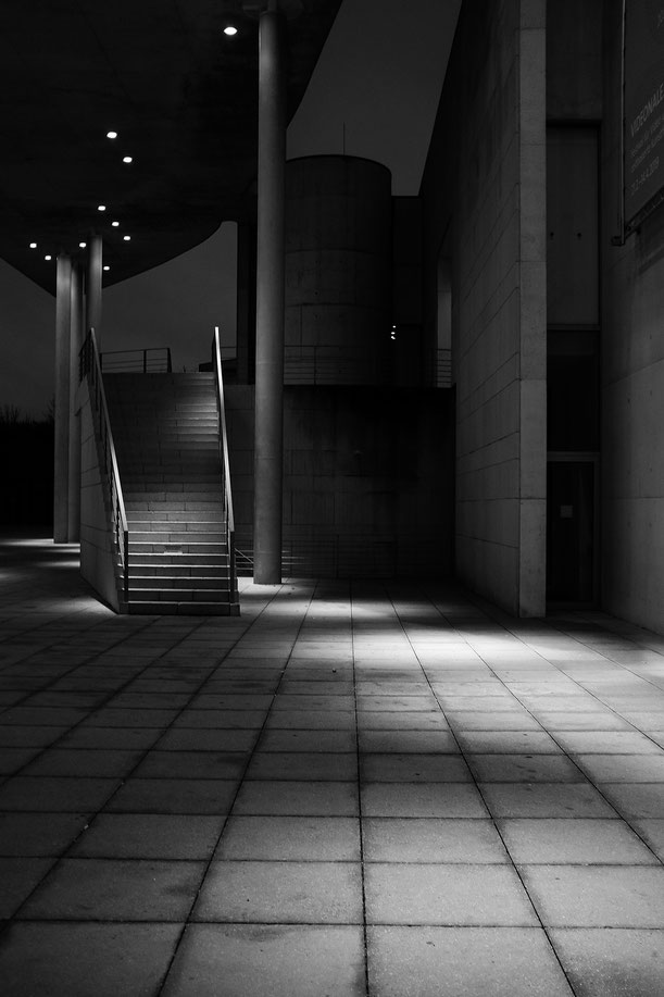 Bonn, Kunstmuseum, night, Nacht, monocrome, schwarz-weiss, black and white, Fotokunst, art work, Fineart, Schwarzweissfotografie, kreative Fotografie, Fototipps
