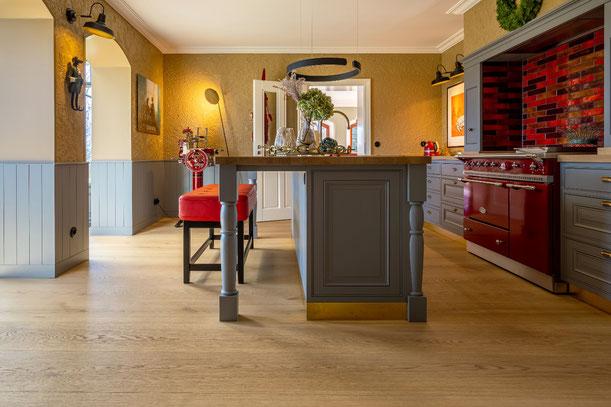 Küche im englischen Stil mit Schlossdielen/XXL-Dielen von S. Fischbacher Living, Eiche strukturiert