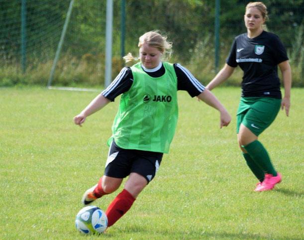 FSG-Spielerin Leonora Grau (am Ball) testete mit ihrem Team gegen den SV Langenstein