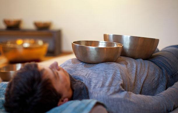Regelmässige Behandlungen mit Klangschalen kann die Selbstheilungskräfte stärken