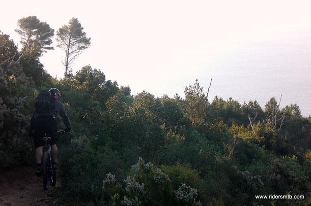il profumo di macchia mediterranea è intenso......percorriamo tratti di sentiero della 24 ore....che ci vedrà a breve come partecipanti