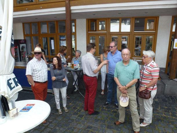 Freunde der Togo-Hilfe Rheinbach am Stammtisch des Himmeroder Hofes rund um den Vorsitzenden Michael F. Firmenich