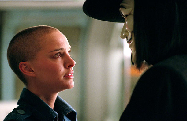 "Evey Hammond e V in ""V per vendetta"" (2005)"