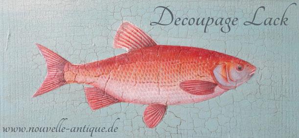 Auf dem Foto sieht ein Beispiel für die Anwendung des Decoupage Lackes von Annie Sloan. Es wurde ein Fisch auf eine Holzplatte aufgebracht, die zuvor mit Kreidefarbe grundiert wurde.