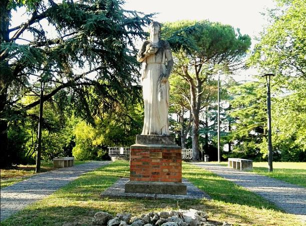 Statua di Igea, dea della salute, collocata nel 1942
