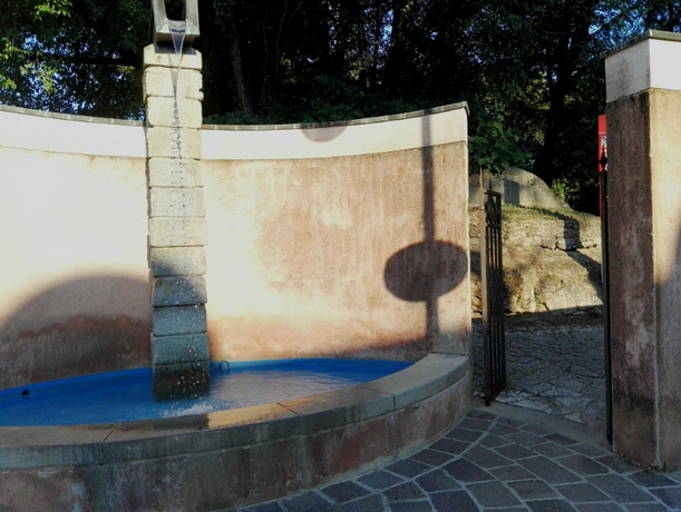 Ingresso al Montirone impreziosito da fontana, da Via Cornelio Augure