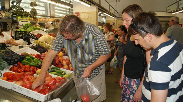 Schüler der Kochschule Algarve unterwegs auf dem Markt von Portimão,Portugal