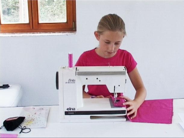 Elena unsere Darstellerin vom youtube Video Clip sitzt an  der Nähmaschine und näht und sie ist schon ein Profi.