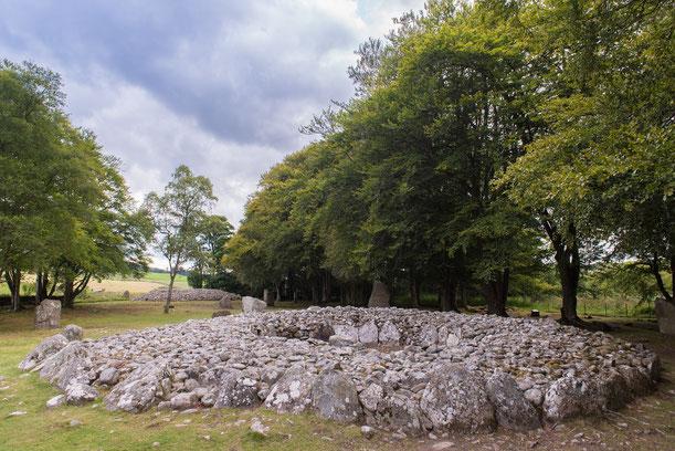 Auf dem Bild ist eines der vielen Hügelgräber aus Schottland zu sehen. Um die Erdaufschüttungen herum, sind ebenfalls die allein stehenden, großen Megalithen zu erkennen. [Bild: Pixabay.com - shilmar]