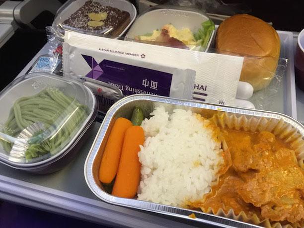関西空港発のタイ航空便はお昼ご飯もタイカレー!チキンのカレーは本格的で美味しかったです!