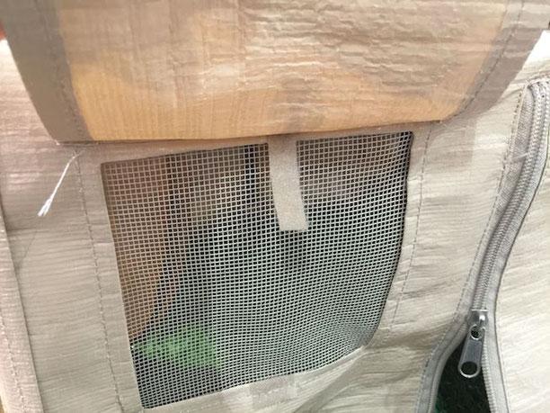 メッシュ状の窓にはあける事ができる