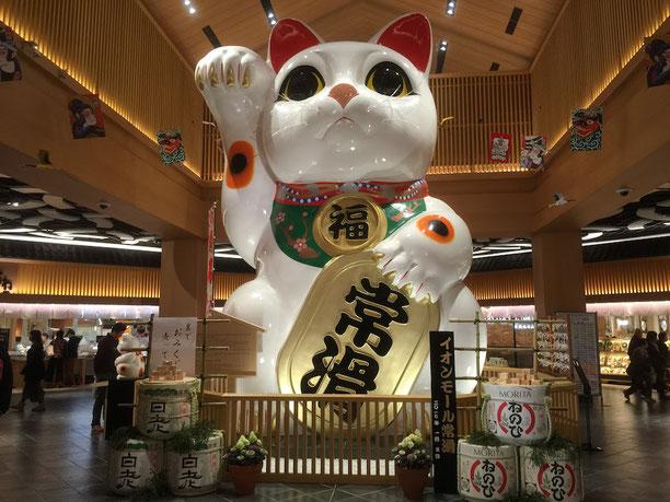 常滑イオンモールで出迎えてくれた巨大招き猫。