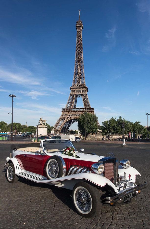 Vintage car in front of the Eiffel Tower, Tour de Eifel, Paris, France