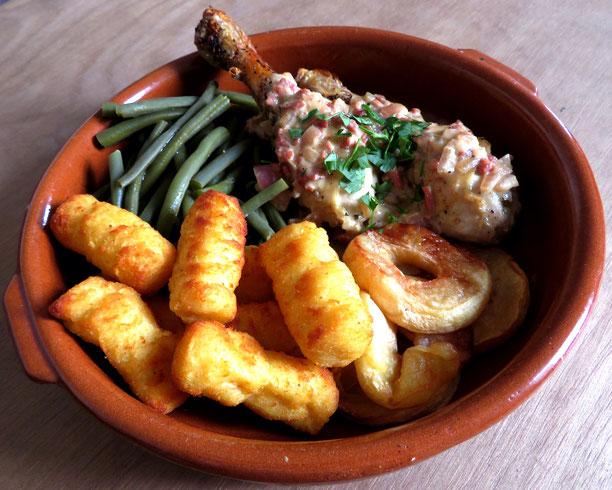 Normandische kip gestoofd in appelcider. Met gebakken appel, boontjes en aardappelkroketjes.