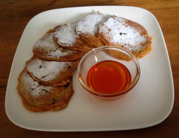 Pompoen pannenkoekjes met appel en rozijnen.