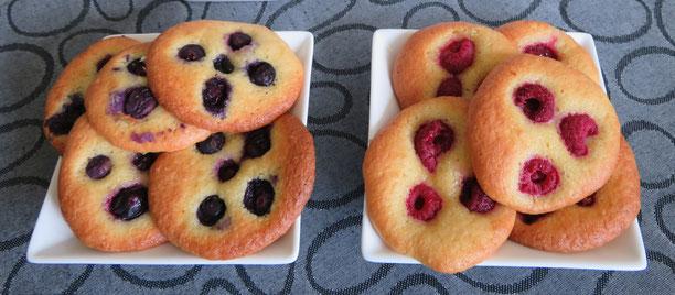 Eierkoeken van amandelmeel met frambozen en blauwe bessen.