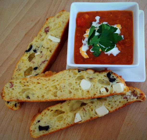 Kwarkbrood met feta, rode ui en olijven. Met rode linzensoep met tomaat en paprika.