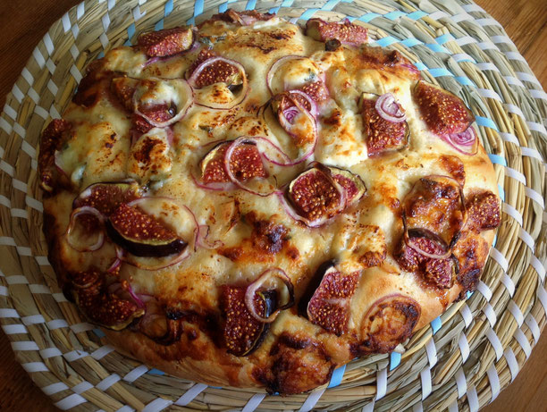Platbrood met vijgen, rode ui en blauwe kaas.