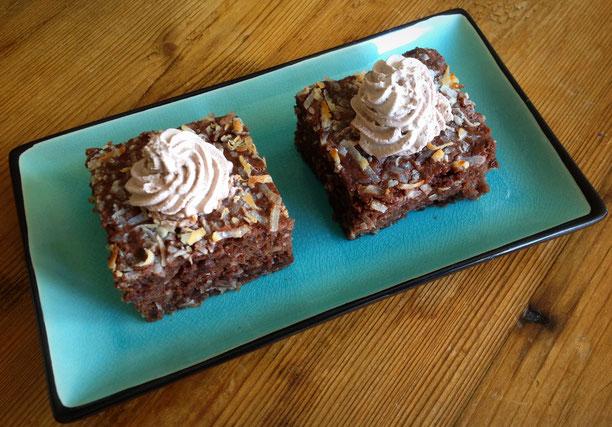 Chocoladecake met kokos en stukjes chocolade.