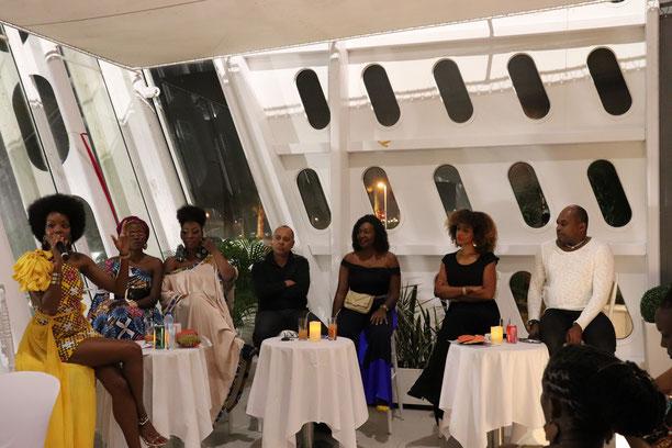De gauche à droite Nancy, présentatrice de la soirée, la styliste Bikeli, Elisabeth Botrand make-up artist, le photographe J-Pierre Volet (Coté Mode 97), les blogueuses Millmodbook et La fée pipelette, et le styliste Daniel Garriga. (Photo : Célia Labry)
