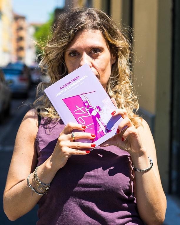 """Alessia Ferri giornalista freelance, scrittrice, esperta di comunicazione e femminista convinta. Scrive per Vanity Fair, Lettera Donna, Lettera 43, Left e F. Ha pubblicato nel 2020 il libro """"Libertà condizionata"""" edito da People."""