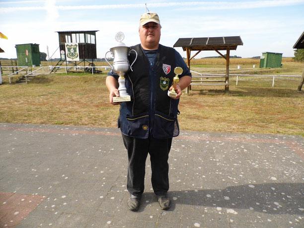 Andreas Pietz mit den Pokalen vom Pokal deutsche Einheit am 25.10.2016 in Heinrichswalde.