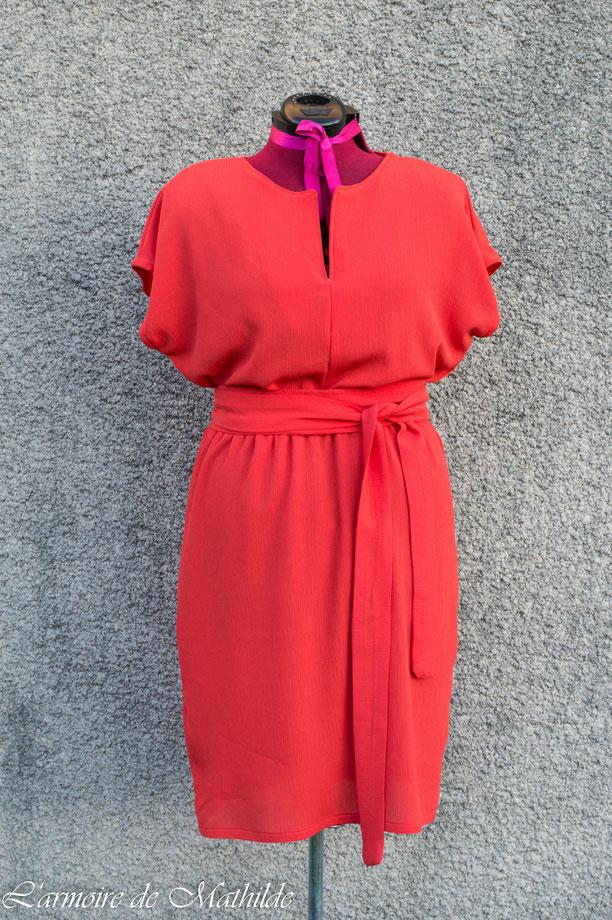 Robe en crêpe de viscose orange ayant une fente au col et une ceinture