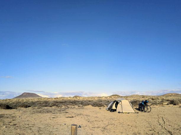 Sandige Gebiete sind die einzigen Gegenden, wo unser Zelt halbwegs getarnt ist - hier auf La Graciosa - Kanarische Inseln :-)