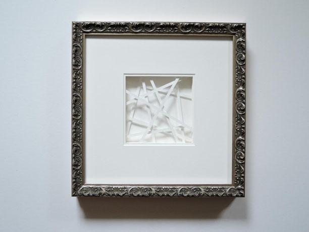 Schichtbild aus Papier mit silberfarbenen Strukturrahmen