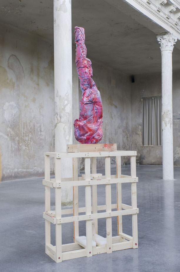 Formaunica #5318, 2018, stained and painted plaster, 120x40x25cm; installation view at Reaktor, Vienna