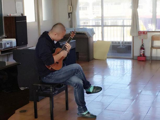 山口小学校のみんなの前でウクレレ演奏を披露♪十何年ぶりに小学校の音楽室に入った!!