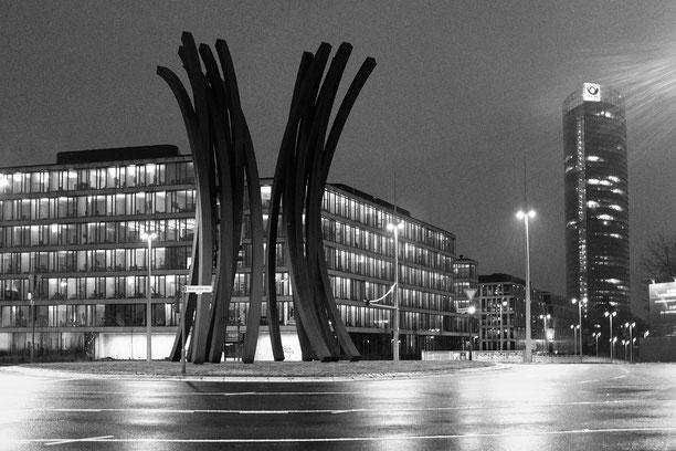 Bonn, ARC 89, Skulptur, Post-Tower, Trajektknoten, Kreisel, monocrom, schwarz-weiss, black and white, sculpture,  Schwarzweissfotografie, kreative Fotografie, Fototipps, La Bonn heure,