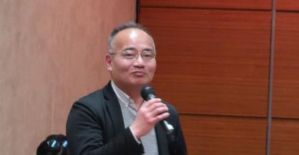 報告集会で挨拶する江川守利HPVワクチン東京訴訟支援ネットワーク世話人